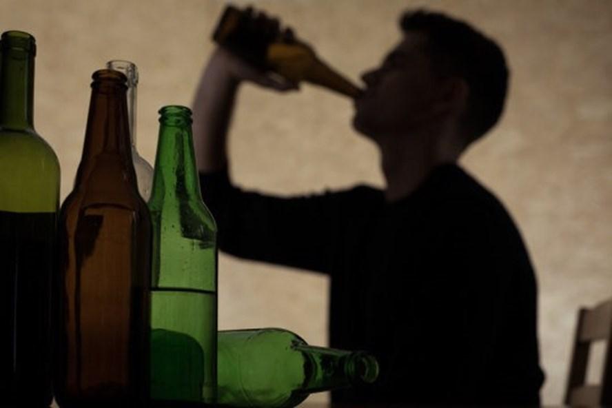 20 năm nghiện rượu, chủ xưởng mộc phá sản phát bệnh tâm thần