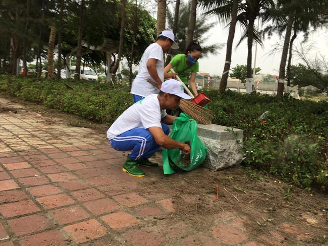 Bệnh nhân tâm thần cùng dọn sạch bãi biển