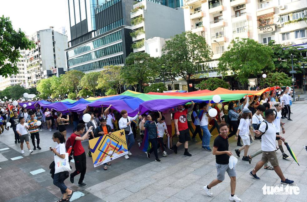 Cộng đồng LGBT 'diễu hành cầu vồng' trên phố đi bộ Nguyễn Huệ