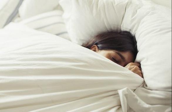 Ngủ ít có thể làm tăng nguy cơ bệnh tiến triển nặng hơn khi mắc COVID-19