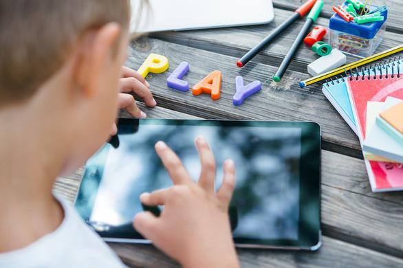 Nhìn màn hình nhiều, não trẻ chậm phát triển hơn